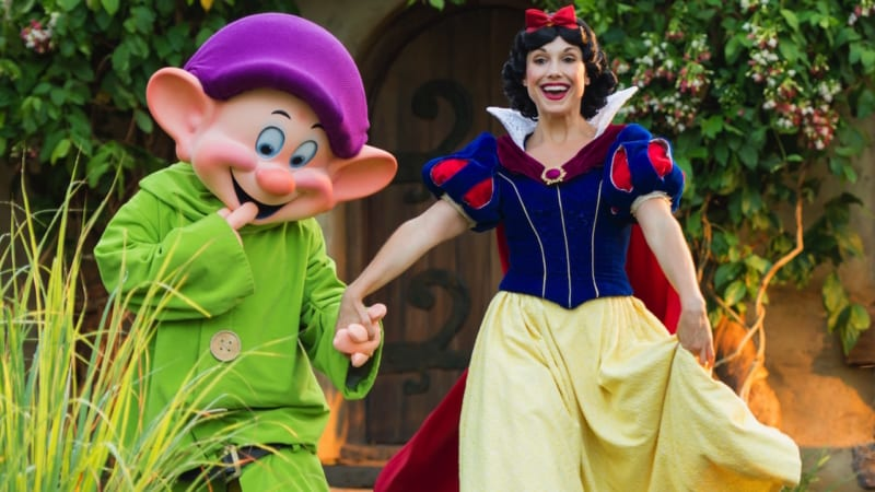 Storybook Dining Based on Snow White Coming to Artist Point in Wilderness Lodge