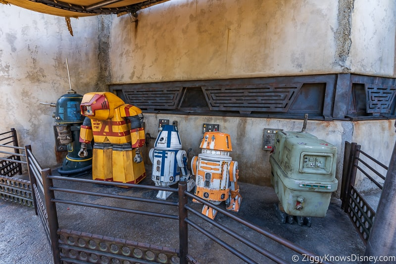 Droids outside Droid Depot in Star Wars Galaxy's Edge