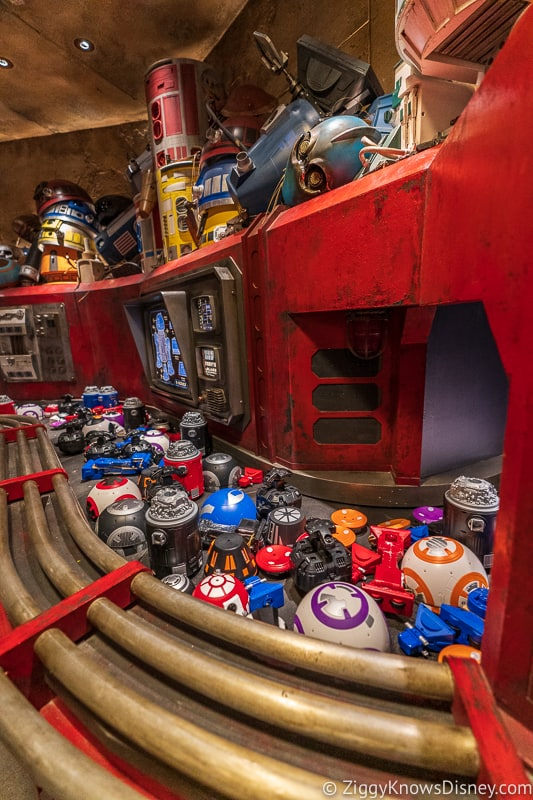 Conveyor belt of droids in Star Wars Galaxy's Edge