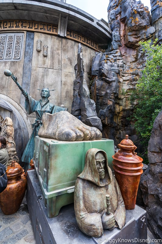 Dok Ondar's statues Star Wars Galaxy's Edge