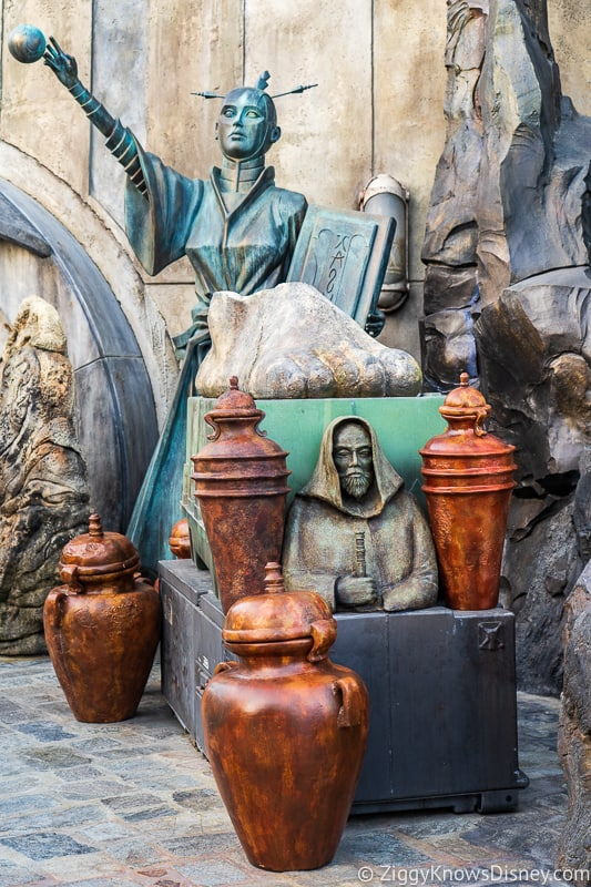 statues outside Dok Ondar's Den of Antiquities Galaxy's Edge