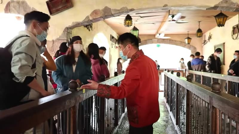 Keeping distances in attraction queues Shanghai Disneyland