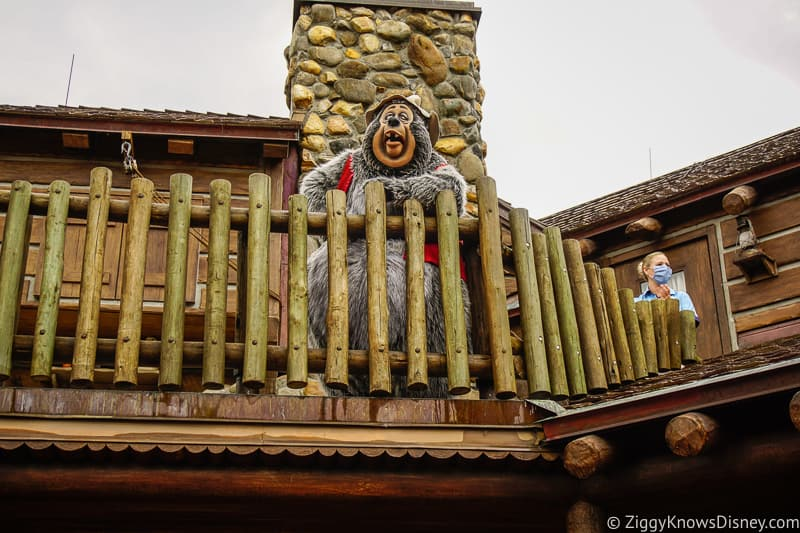 Big Al Character greet from balcony of Country Bears