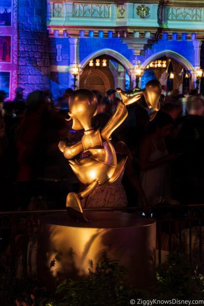 Donald Duck golden statue